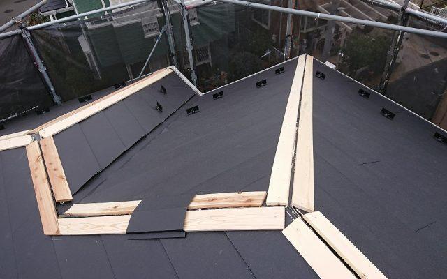 屋根棟部分施工中