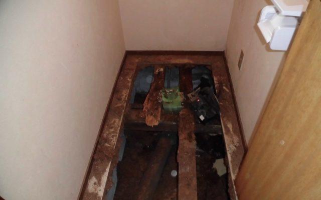 トイレ床解体作業