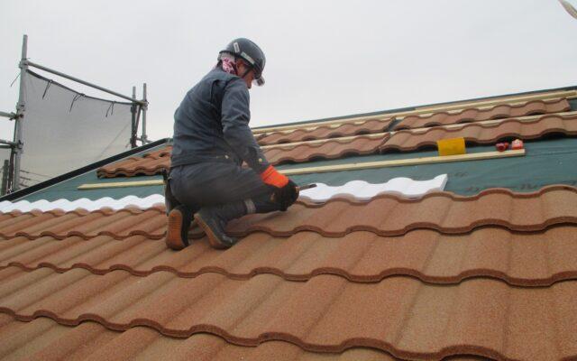屋根工事施工中