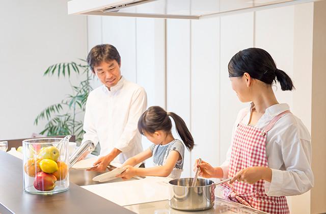 写真:キッチンで作業する家族